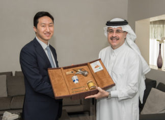 President and CEO of Saudi Aramco, Amin al-Nasser with executive vice president of Corporate Planning Office of HHI, Chung Ki-sun