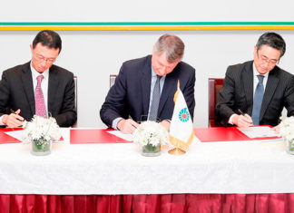Raoul Restucci signing the Duqm logistics contract with Sumitomo executives