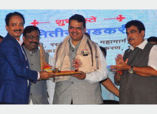 Shri Anil Diggikar, Chairman, JNPT; Shri Sudhir Mungantiwar, Hon. Minister for Forest & Finance, Guardian Minister of Wardha District, Government of Maharashtra; Shri DevendraFadnavis, Hon. Chief Minister, Government of Maharashtra; Shri Nitin Gadkari, Hon. Union Minister Shipping, Road Transport, Highways, Water Resources, River Development & Ganga Rejuvenation, Government of India, at the ground breaking ceremony of Wardha Dry Port.