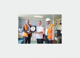 DP World Sokhna chief executive, Ajayy Singh, presenting a commemorative plaque to YML managing director Brian Tzeng