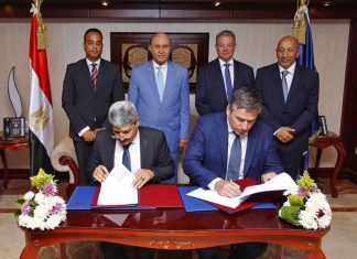 Svitzer's Nicolai Friis and Essam Mostafa Ibrahim Mahmoud, Director of the Transit Department at the Suez Canal Authority, signing the contract to provide two new tugs for operation in Egypt