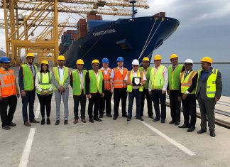 To mark the occasion, Fred Castonguay and other senior management at Gulftainer, presented a commemorative shield to the vessel master, Captain Razvan Adrian Nita
