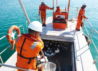 Safeen staff collecting marine waste from Abu Dhabi waters