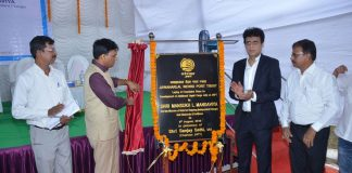 The Minister unveiling the commemorative plaque to market the start of work on the new liquid bulk jetty