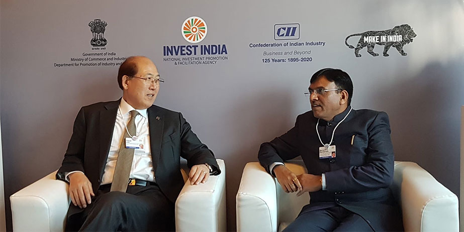 Shri Mansukh Mandaviya talking to Kitack Lim at Davos