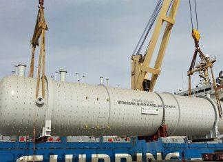 Gold Star Line's Du Hua loading pressure vessels at Duqm port