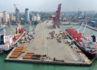 Bulk carrier with fertiliser at Colombo port