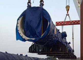 Heavy lift operations underway on Poolgracht while at Mumbai port